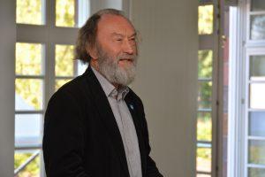 """Prof. Rolf Kuhn lobte die Initiativen, die durch die Erzählsalons entstanden sind. Solche """"Bündnisse zum """"in die Hand nehmen"""" brauche die Lausitz auf dem Weg eine stark veränderte Zukunft."""