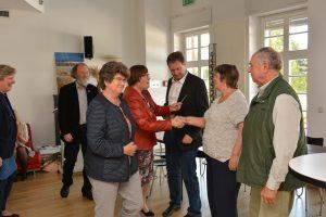 Roland Sängerlaub sowie Ingrid und Karl-Heinz Radochla nehmen die für den ersten Preis symbolischen Tischkarten entgegen.